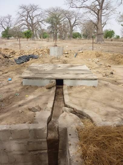Vue générale de l'unité de biogaz: puits d'introduction, digesteur, fosse de récupération du digestat